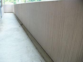 手摺壁の雨筋汚染