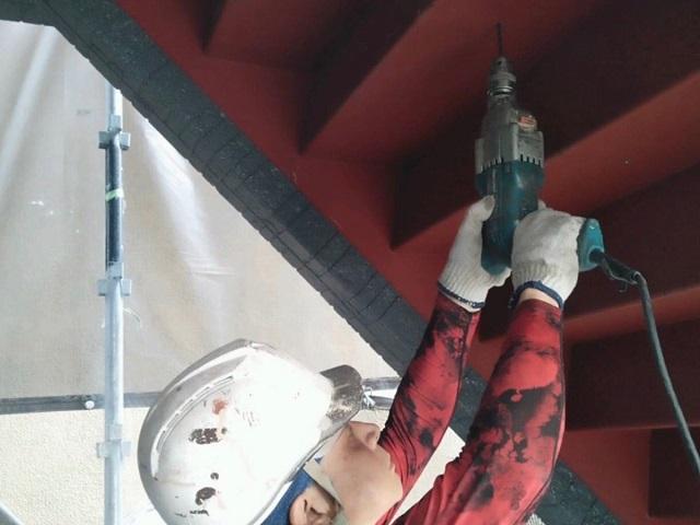 鉄骨階段の水抜き穴新設中の画像